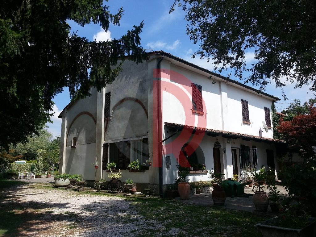 Rustico in Vendita a Castelvetro Piacentino: 5 locali, 400 mq