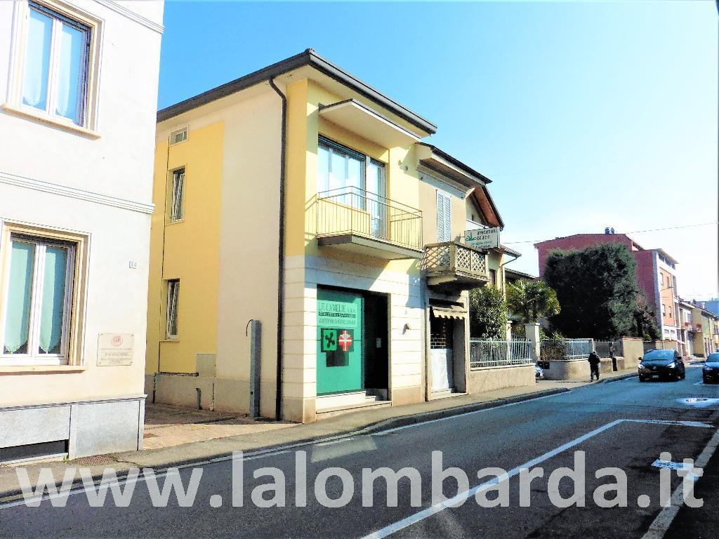 Palazzo in Affitto a Giussano: 5 locali, 360 mq