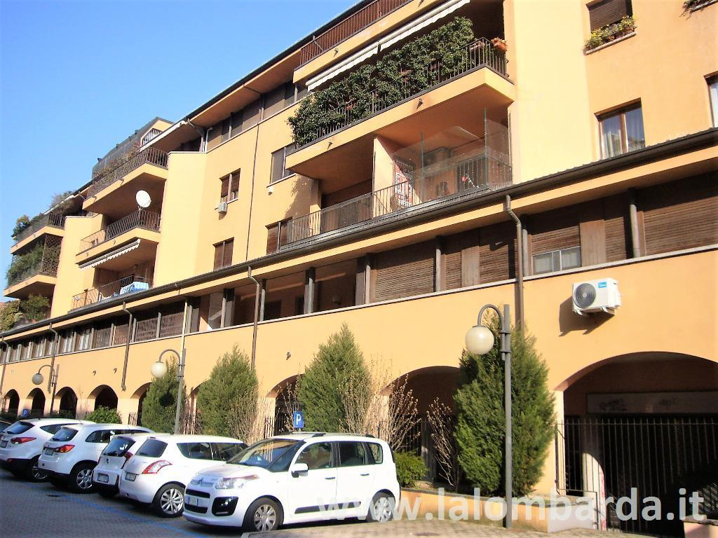 Negozio-locale in Affitto a Saronno: 3 locali, 100 mq