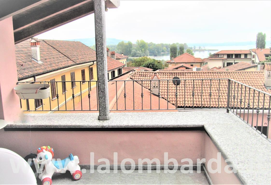 Appartamento in Vendita a Angera: 3 locali, 140 mq