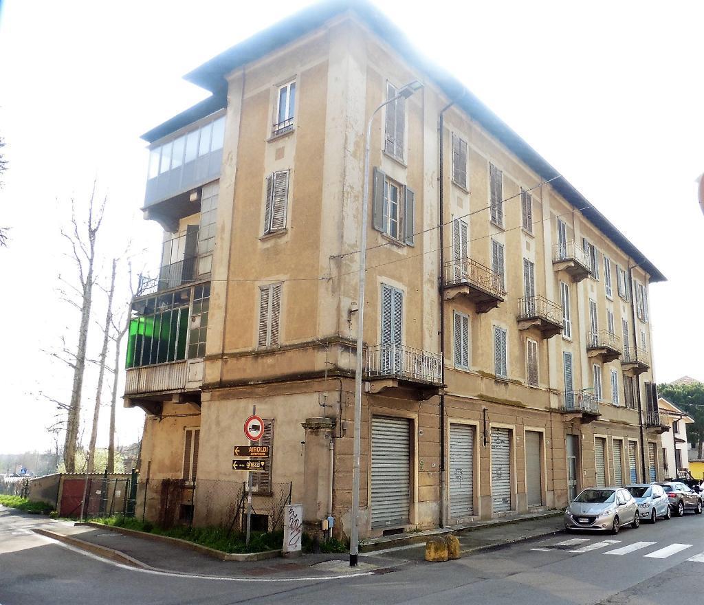Palazzo in Vendita a Carnate: 5 locali, 2250 mq