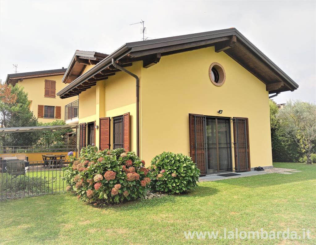 Villa in Vendita a Casatenovo: 5 locali, 250 mq