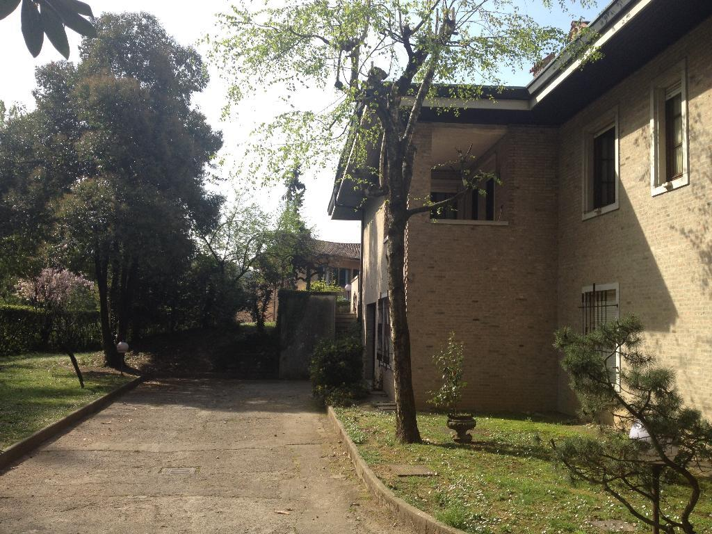 Villa in vendita a Villa d'Adda, 10 locali, Trattative riservate | CambioCasa.it