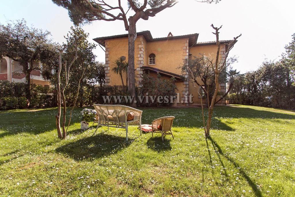 Villa in affitto a Pietrasanta, 6 locali, zona Zona: Marina di Pietrasanta, prezzo € 20.000 | CambioCasa.it