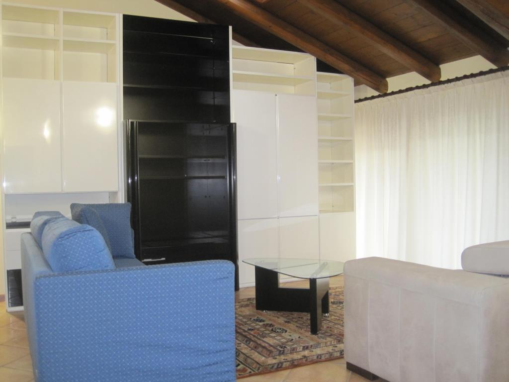 Appartamento in affitto a Casatenovo, 4 locali, zona Località: Centrale, prezzo € 850 | CambioCasa.it