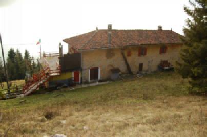 Rustico / Casale in vendita a Torre de' Busi, 8 locali, zona Zona: Valcava, prezzo € 150.000 | CambioCasa.it
