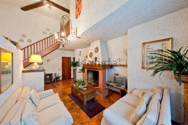Villa in vendita a Besana in Brianza, 8 locali, zona Località: Stazione ferroviaria, prezzo € 350.000 | Cambio Casa.it