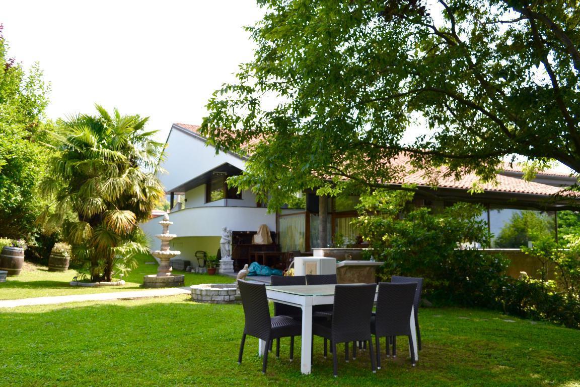Villa in vendita a Caprino Bergamasco, 10 locali, zona Località: Semicentro, Trattative riservate | Cambio Casa.it