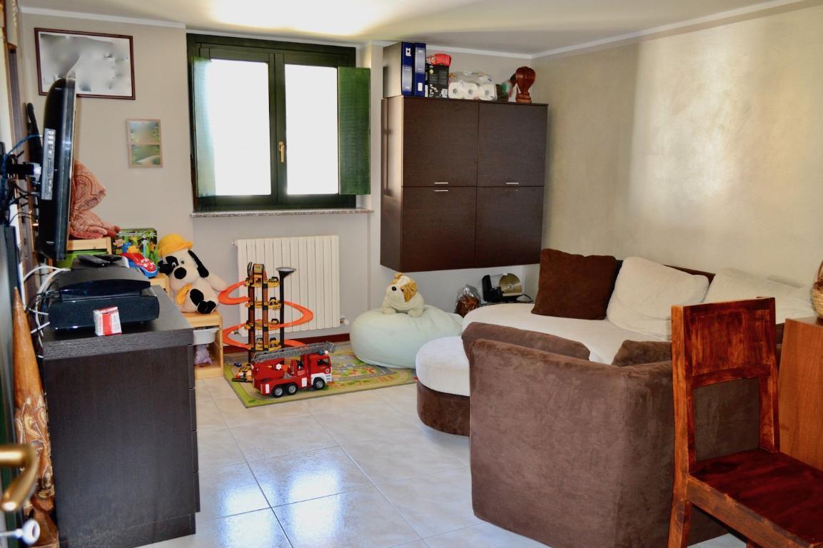 Appartamento in vendita a Carenno, 3 locali, prezzo € 160.000 | CambioCasa.it