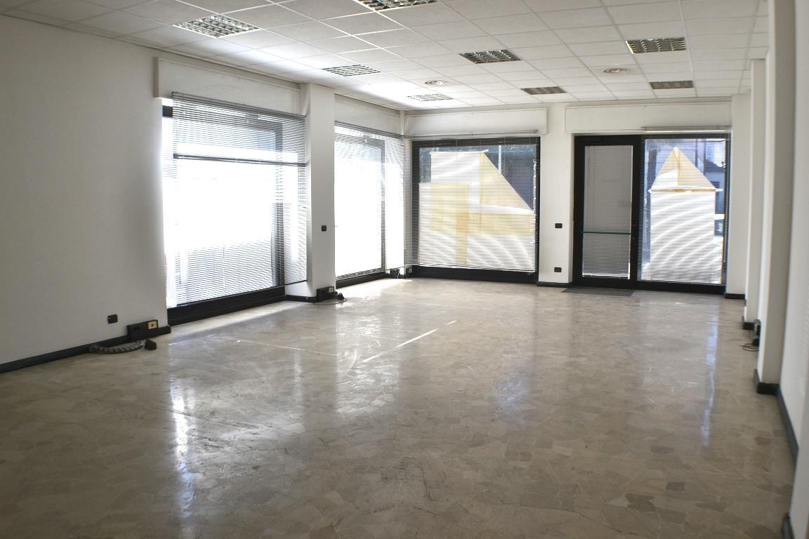 Negozio / Locale in affitto a Calolziocorte, 1 locali, zona Località: centro, prezzo € 800 | CambioCasa.it