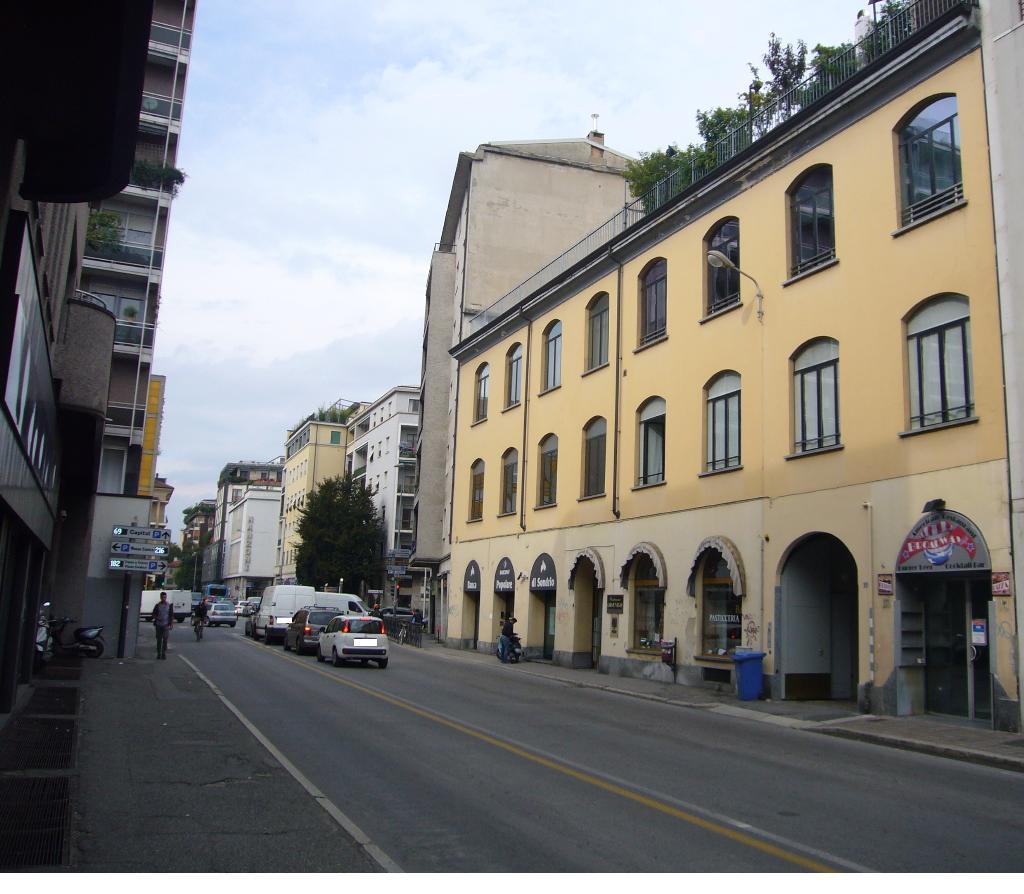 Negozio-locale in Vendita a Monza: 2 locali, 200 mq