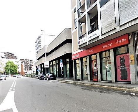 Negozio-locale in Affitto a Monza: 200 mq