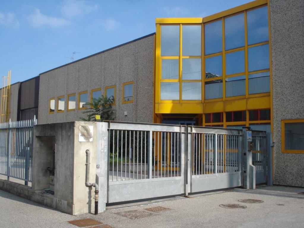 Capannone in Affitto a Monza: 1350 mq